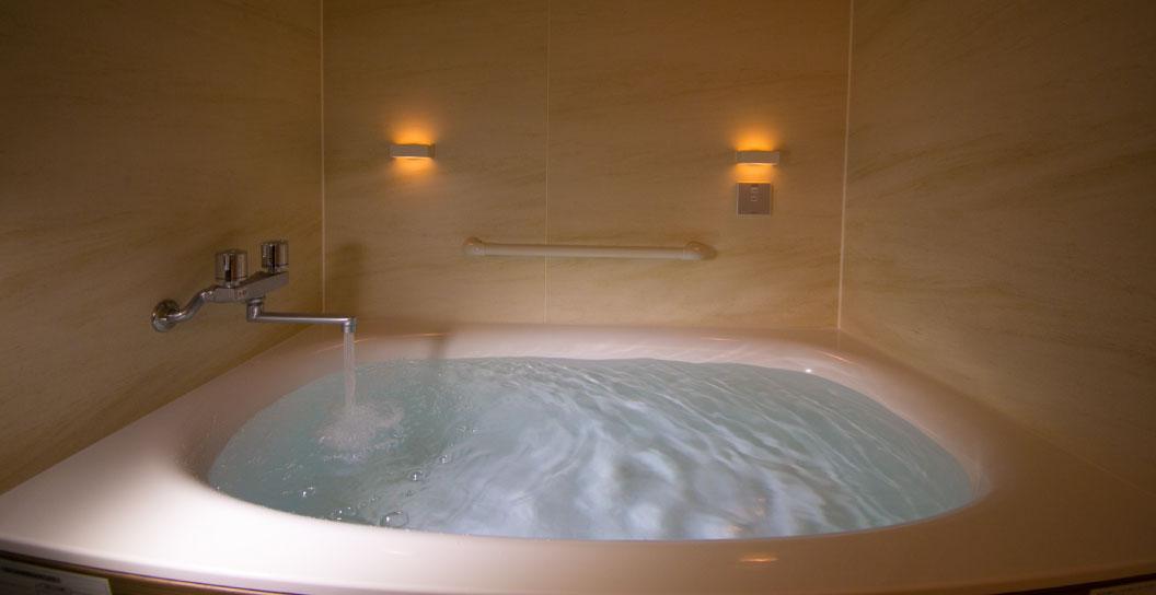 名湯 熱海七湯の一つ 「清左衛門の湯」から の源泉掛け流し式